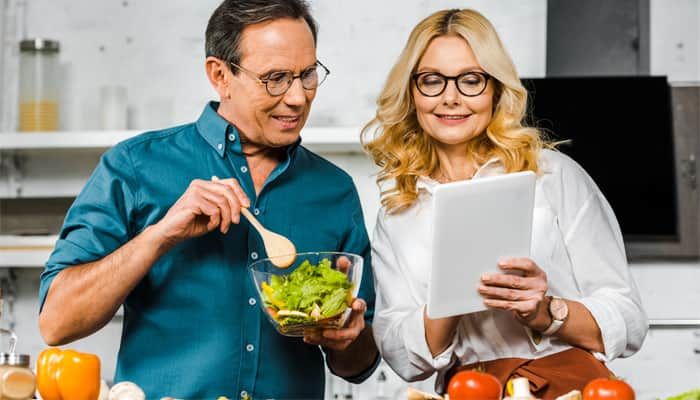 Couple eating healthy to prevent back pain